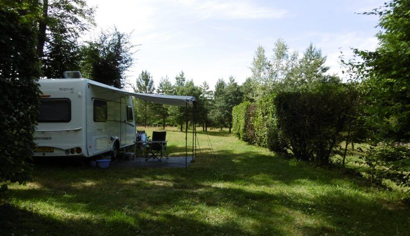 emplacement ombre et  herbe dans camping proche sarlat