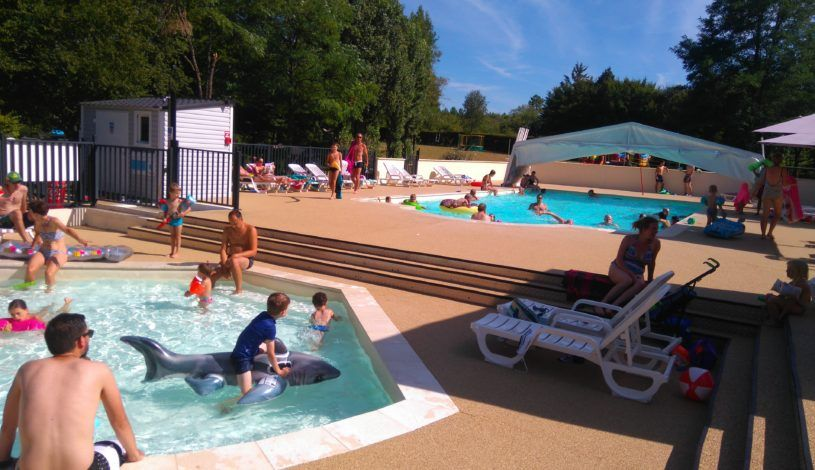 Child-friendly swimming pool in the Dordogne